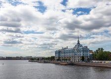 Panoramablick Neva Rivers, Marineschule Nakhimov St Petersburg Russland lizenzfreie stockfotos