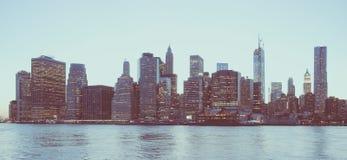 Panoramablick New- Yorkfinanzbezirkes und des Lower Manhattan an der Dämmerung angesehen vom Brooklyn-Brücken-Park Schwacher Kont lizenzfreie stockfotos