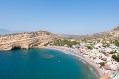Panoramablick sandigen Strandes Matala mit Höhlen nahe Iraklio-Stadt auf Kreta, Griechenland Lizenzfreie Stockfotografie