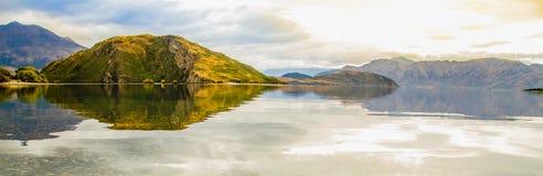 Panoramablick am See mit Reflexion in der Herbstfarbe; NEUSEELAND, IM APRIL 2017 lizenzfreie stockbilder