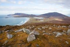 Panoramablick am Strand und an den Bergen. Lizenzfreie Stockbilder