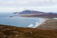 Panoramablick am Strand und an den Bergen. Lizenzfreies Stockbild