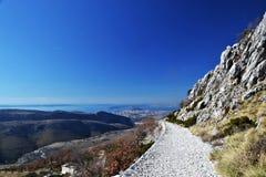 Panoramablick vom Berg schaukelt am Meer und am Tal Lizenzfreies Stockfoto