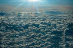 Panoramablick vom Fenster des flachen Fliegens ?ber den sonnen-durchn??ten Wolken stockbild
