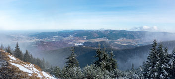 Panoramablick vom Gebirgsrücken zum Tal Lizenzfreie Stockfotografie