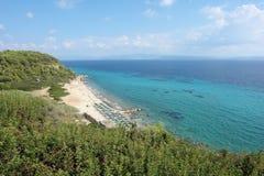 Panoramablick vom Hügel auf dem haarscharfen Türkismeer und dem sandigen Strand, Griechenland stockfoto