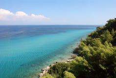 Panoramablick vom Hügel auf der Küste mit dem haarscharfen Meer der Türkisfarbe in Griechenland stockfotografie