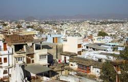 Panoramablick vom Hügel in Udaipur, Rajasthan, Indien Lizenzfreies Stockfoto