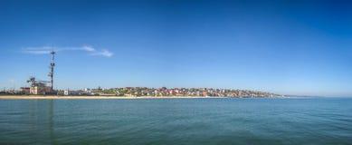 Panoramablick vom Meer in Richtung zum Erholungsortdorf von Sauvig Lizenzfreie Stockbilder