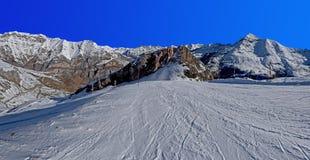 Panoramablick vom Piste von Skiort Gavarnie Gedre stockfotos