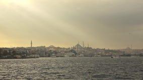 Panoramablick vom Schiff in Bosphorus-Straße zum Stadtbild mit Suleymaniye-Moschee in Sonnenstrahlen bei Sonnenuntergang langsam stock video footage