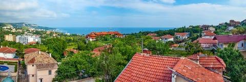 Panoramablick vom Ufer des Meeres der bulgarischen Stadt von Balchik Lizenzfreie Stockfotografie