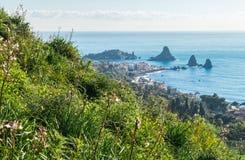 Panoramablick von Acitrezza von Acicastello Lizenzfreie Stockfotos