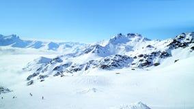 Panoramablick von Alpen mit Skifahren neigt sich, Winterschnee stockbild