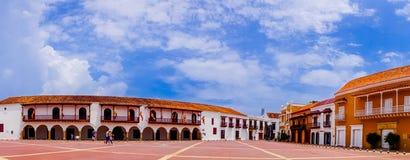 Panoramablick von alten Kolonialbauten am Quadrat Piazzade la Aduana in Cartagena de Indias, Kolumbien Stockbild