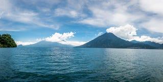 Panoramablick von Atitlan See mit Vulkanen im Hintergrund Lizenzfreie Stockfotografie