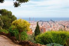 Panoramablick von Barcelona und von Wegweg vom Park Guell an einem Sommertag in Spanien Stockfotos