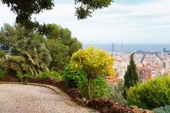 Panoramablick von Barcelona und von Wegweg vom Park Guell an einem Sommertag in Spanien Lizenzfreie Stockfotografie