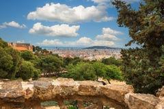 Panoramablick von Barcelona und von Zaun vom Park Guell an einem Sommertag in Spanien Stockfoto