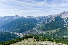 Panoramablick von Bardonecchia und von Dorf von oben, Italien Stockfotografie