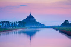 Panoramablick von berühmter Gezeiten- Insel Le Mont Saint-Michel in ist Stockbilder