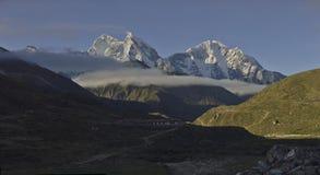 Panoramablick von Berg-Kangtega-Spitze Thamserku von Pheriche-Dorf nepal lizenzfreies stockbild