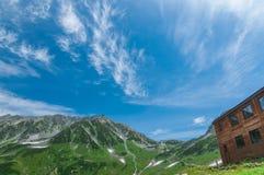 Panoramablick von Bergen im Sommer Lizenzfreies Stockfoto