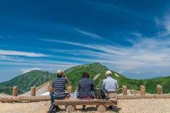 Panoramablick von Bergen im Sommer lizenzfreie stockfotos