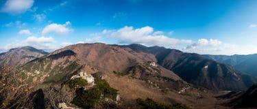 Panoramablick von Bergen mit klarem blauem Himmel Lizenzfreie Stockfotografie