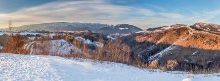 Panoramablick von Bergen Piatra Craiului, Ansicht von Pestera, Siebenbürgen, Rumänien lizenzfreie stockfotos