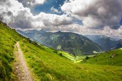 Panoramablick von Bergspitzen von der Spur Lizenzfreies Stockfoto