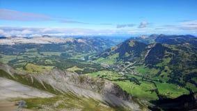 Panoramablick von Brienz und die erstaunliche Ansicht des Gebirgszugs an einem schönen Tag, die Schweiz Stockfotografie