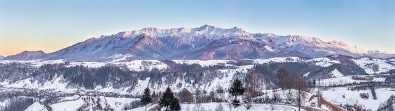 Panoramablick von Bucegi-Bergen, Ansicht von Pestera, Brasov, Siebenbürgen, Rumänien lizenzfreies stockfoto