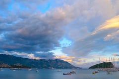 Panoramablick von Budva-Küstenlinie, von berühmter Insel von Sveti Nikola und von Dock mit Los Booten in Budva Montenegro, Balkan Stockfotos