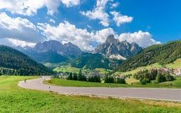 Panoramablick von Corvara in Badia-Dorf in der Sommersaison stockfotografie