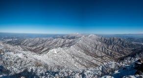 Panoramablick von den Bergen bedeckt mit Schnee Stockfoto