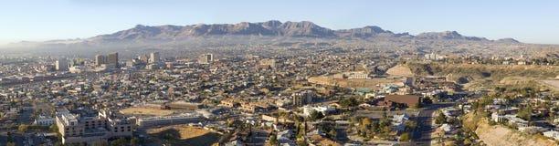 Panoramablick von den Skylinen und von Stadtzentrum von El Paso Texas blickend in Richtung Juarez, Mexiko Lizenzfreie Stockfotografie