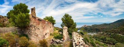 Panoramablick von der alten Kirche auf schöner Capraia-Insel stockfoto