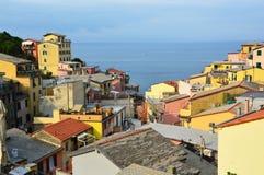 Panoramablick von der Mitte von Riomaggiore mit Mittelmeer auf dem Hintergrund, Riomaggiore, Cinque Terre, Italien Stockfotos