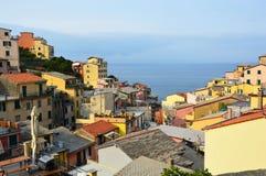 Panoramablick von der Mitte von Riomaggiore mit Mittelmeer auf dem Hintergrund, Riomaggiore, Cinque Terre, Italien Lizenzfreie Stockfotografie