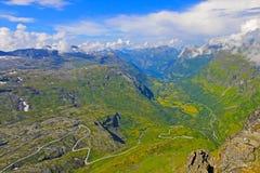 Panoramablick von der Spitze von Dalsnibba auf Nibbevegen-Straße, die unten zu Geiranger-Fjord, Norwegen führt Lizenzfreie Stockfotos