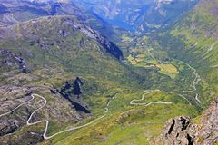 Panoramablick von der Spitze von Dalsnibba auf Nibbevegen-Straße, die unten zu Geiranger-Fjord, Norwegen führt Stockbilder