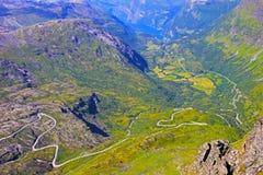 Panoramablick von der Spitze von Dalsnibba auf Nibbevegen-Straße, die unten zu Geiranger-Fjord, Norwegen führt Stockbild