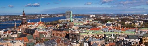 Panoramablick von der St- Peterkathedrale auf der Mitte von Riga Lizenzfreie Stockfotografie