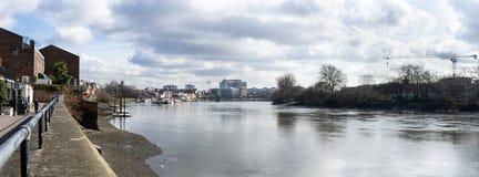 Panoramablick von der Themse in Richtung zur Stadt, von Themse-Weg, nahe Hammersmith London, England, im März 2017 Bei Ebbe stockbild