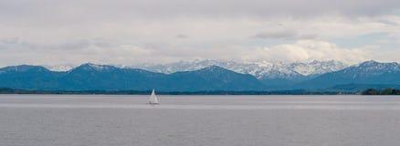 Panoramablick von deutschem See ?Starnberger sehen ?mit sch?nen Alpenbergen lizenzfreie stockfotos