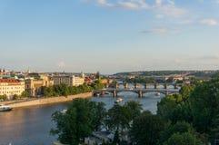 Panoramablick von die Moldau-Fluss mit Charles-Brücke und historischen Türmen stockbilder