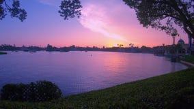 Panoramablick von Dockside auf buntem Sonnenunterganghintergrund bei Epcot stock footage
