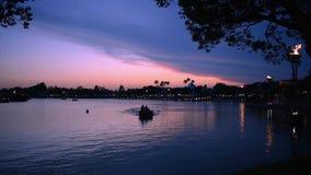 Panoramablick von Dockside mit riesigen Feuerfackeln und von Sicherheitsbootssegeln im See auf sch?nem Sonnenuntergang in Epcot b stock video