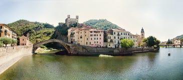 Panoramablick von Dolceacqua, Italien Stockfotografie